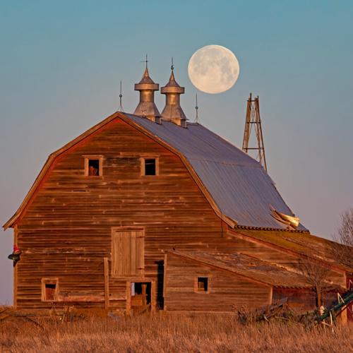 Twin Gable Barn and Setting Full Moon